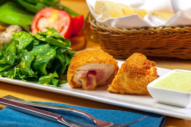 Chuleta rebozada servida en un plato
