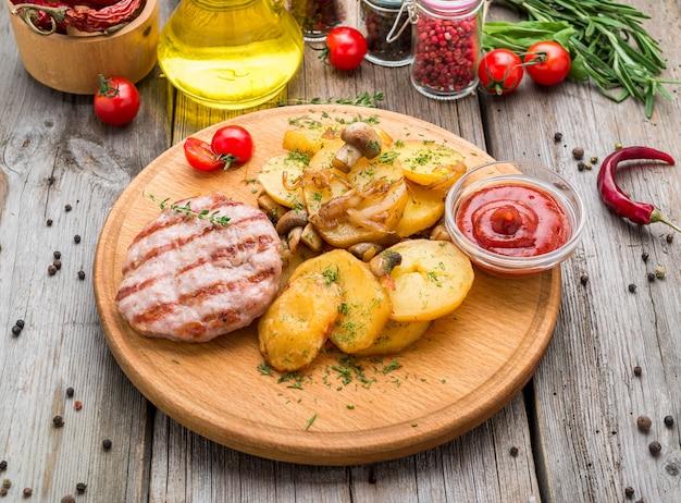 Chuletas de pollo a la parrilla, batata asada y coles de bruselas