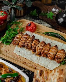 Chuletas de pollo a la parrilla con verduras asadas