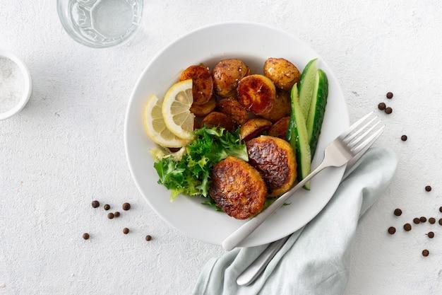 Chuletas vegetarianas frescas con papas nuevas y ensalada