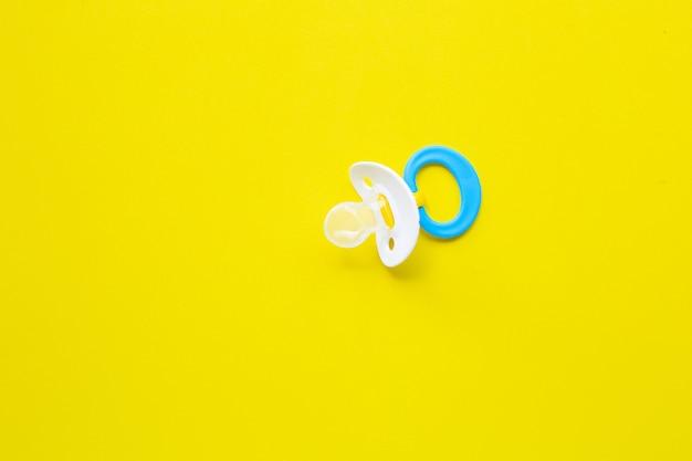 Chupete de bebé en amarillo