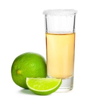 Chupito de tequila con una rodaja de lima