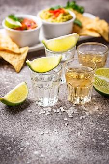 Chupitos de plata y tequila dorado.