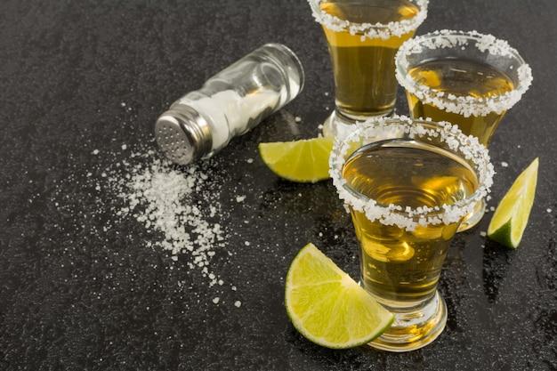 Chupitos de tequila dorado