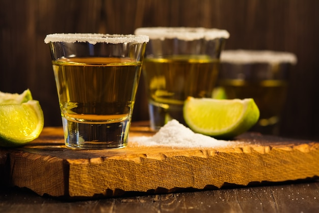 Chupitos de tequila, rodajas de sal y lima