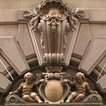 Churebs tallados en fachada de un edificio en manhattan, new york city, usa