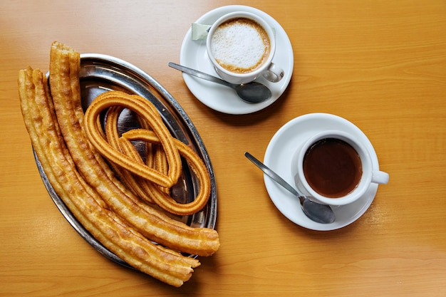 Churros y buñuelos con café o chocolate caliente