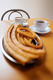 Churros y buñuelos con chocolate caliente