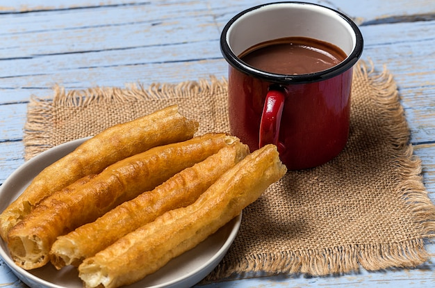 Churros con chocolate caliente