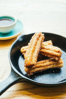 Churros fritos dulces con salsa de chocolate.