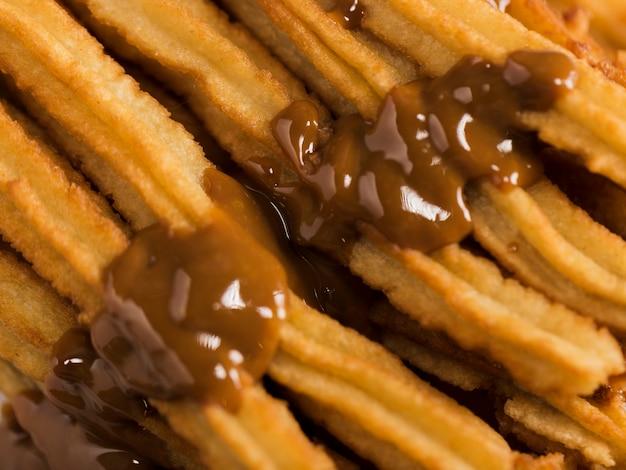 Churros fritos de primer plano con chocolate derretido