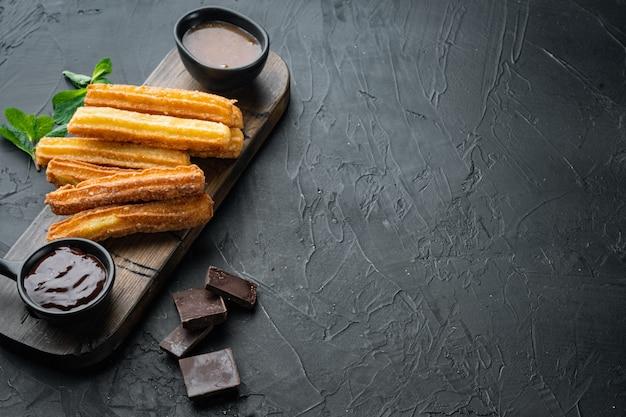 Churros de postre tradicional español con azúcar y chocolate