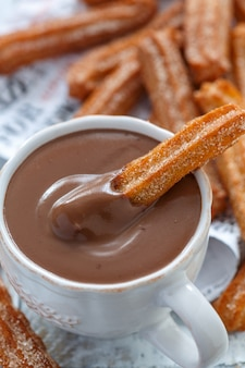 Churros con una taza de chocolate caliente de cerca