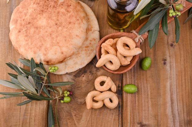 Ciabatta fresco y sabroso en una mesa de madera. tartas caseras y aceitunas.