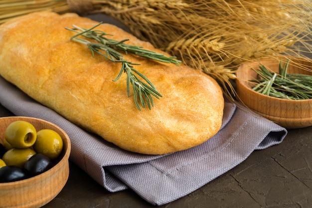 Ciabatta. pan italiano fresco del ciabatta con las hierbas.