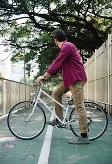 Ciclismo casual en un parque