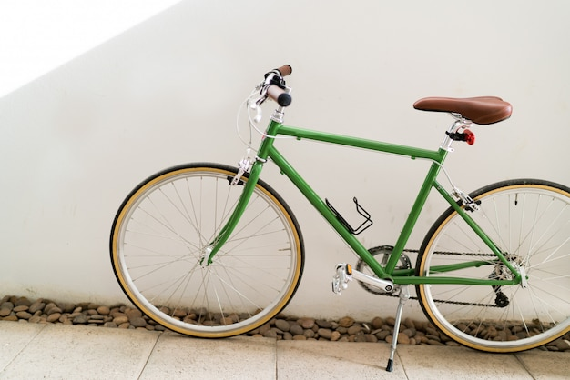 Ciclismo en el entorno urbano de la ciudad, concepto de transporte ecológico.