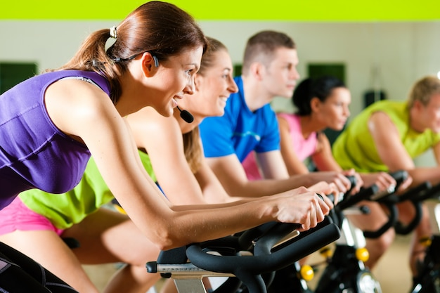 Ciclismo indoor en el gimnasio.