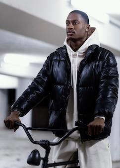 Ciclista afroamericano en bicicleta