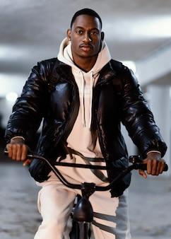Ciclista afroamericano de vista frontal