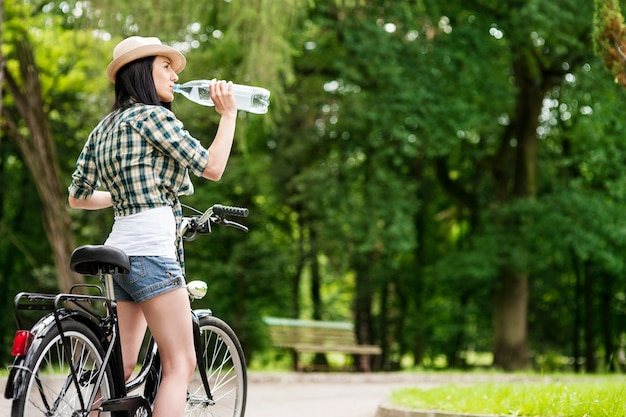 Ciclista bebiendo agua mineral