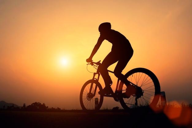 Ciclista de bicicleta de carretera hombre ciclismo. biking sports fitness atleta en bicicleta