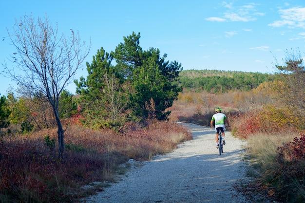 Ciclista de bicicleta de montaña