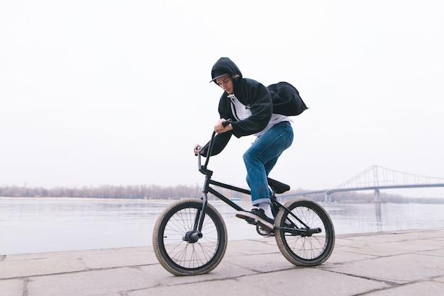 El ciclista de bmx monta una bicicleta al aire libre. concepto de bmx. estilo callejero