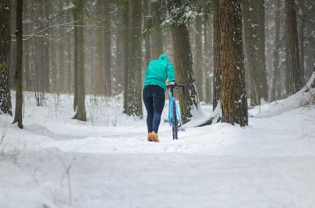 Ciclista en el bosque nevado
