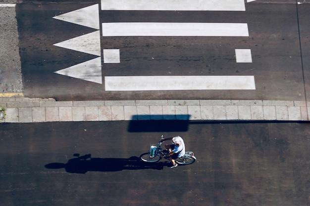 Ciclista en la calle modo de transporte de bicicletas en la ciudad de bilbao españa