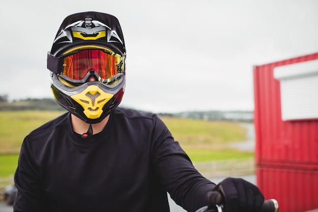 Ciclista con casco