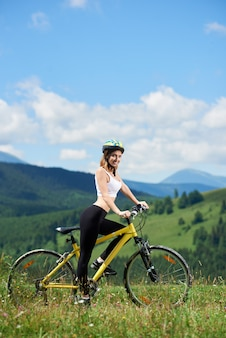 Ciclista femenina en bicicleta amarilla