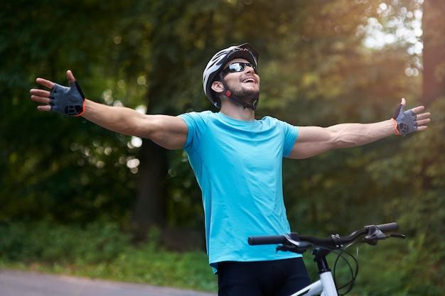 Ciclista en la línea de meta