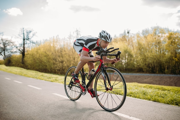 Ciclista masculino paseos en bicicleta, vista frontal