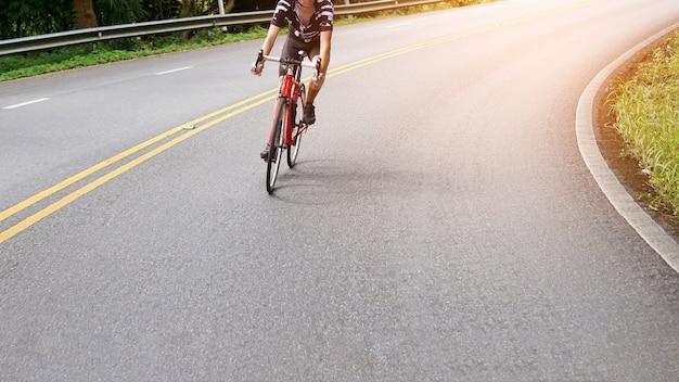 Un ciclista está montando una bicicleta en la carretera.