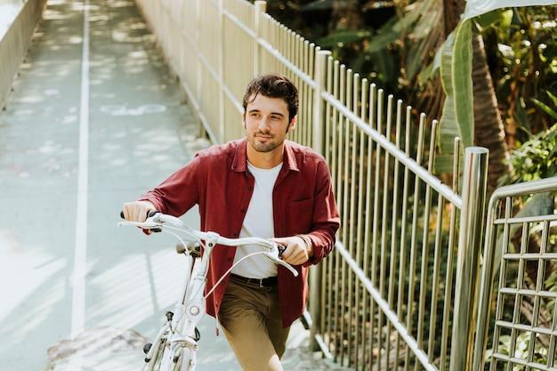 Ciclista en un parque