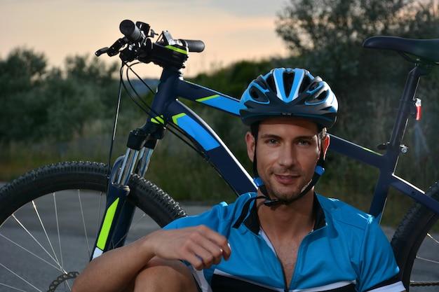 Ciclista que va en bicicleta de montaña por un camino solitario