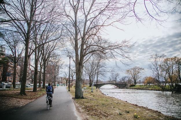 Ciclista solo cruzando en un carril bici vacío