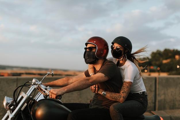 Ciclistas con máscaras en el nuevo estilo de vida normal