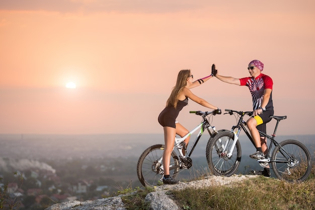 Ciclistas de montaña dando un máximo de cinco entre sí