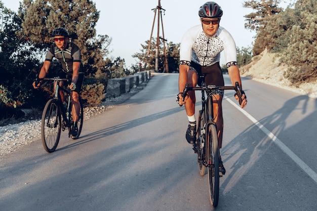 Ciclistas profesionales masculinos en sus bicicletas de carreras