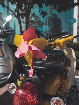 Ciclomotor con accesorios en la calle. de cerca