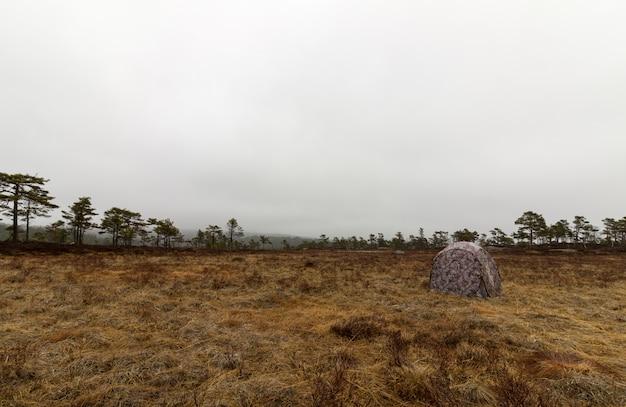 Ciegos de caza camuflados listos para la caza de fotografías en el lugar de grouse lek.
