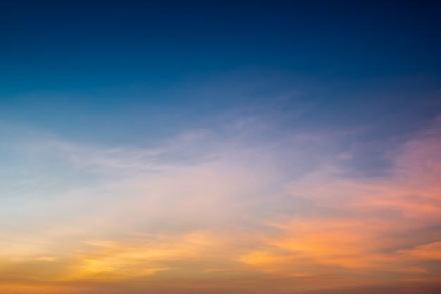 El cielo al atardecer y al amanecer