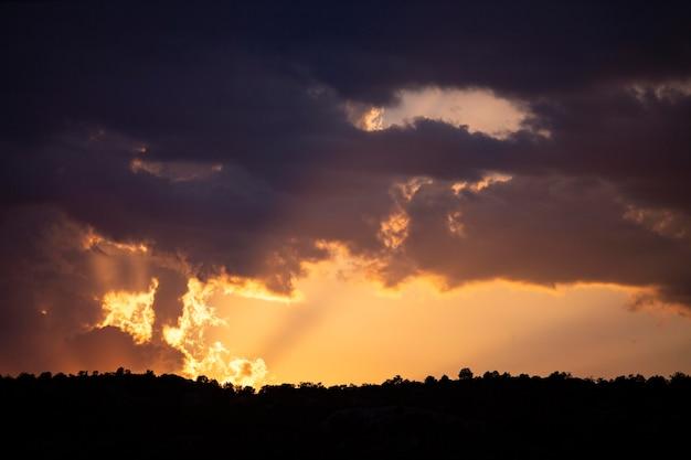 Cielo al atardecer con fondo de nubes
