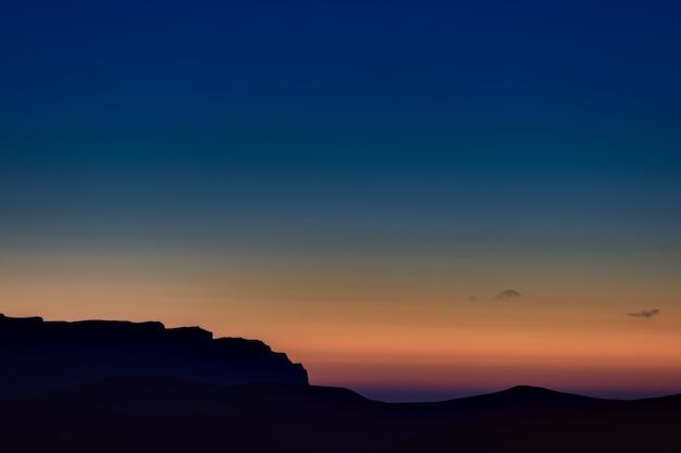 El cielo al atardecer sobre las colinas en las estribaciones del cáucaso norte en rusia.