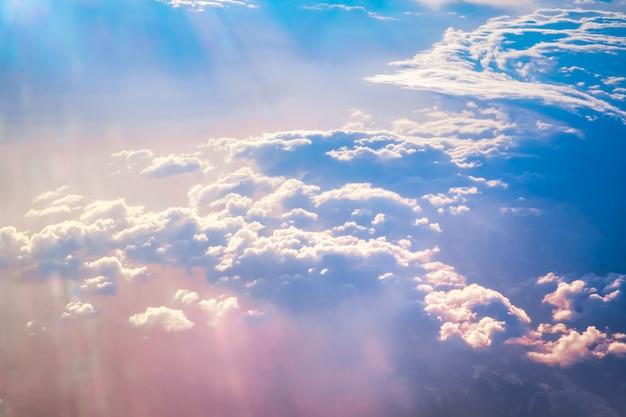 Cielo del amanecer sobre las nubes