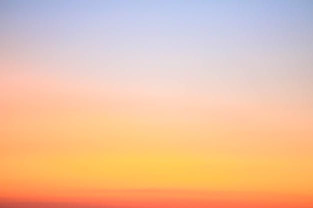 Cielo del atardecer colorido para el fondo de la naturaleza con espacio de copia