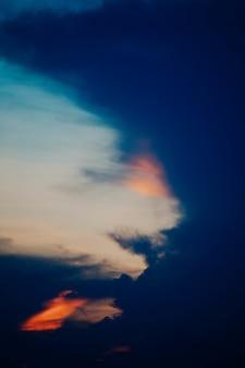 Cielo del atardecer con nubes