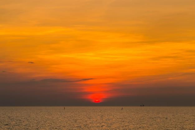 Cielo del atardecer sobre el mar